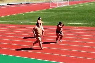 Luchadores de sumo compiten en carrera por dinero .