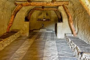 Este hombre vive en una cueva de 800 años, pero cuando la veas por dentro quedaras impactado