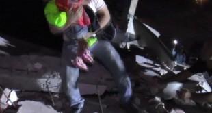 Dos niños sobreviven bajo escombros tras el terremoto en Ecuador